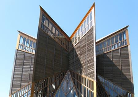 他们会设计出严格古典式样的欧式建筑,但是比例尺度还是日本的