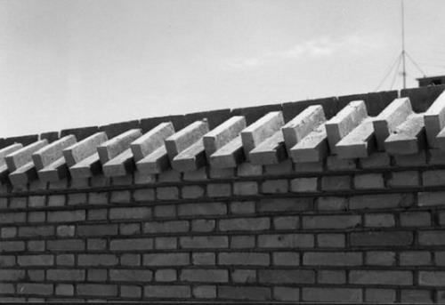 及施工队砌筑的临时围墙无一不在述说着砖的文化传统