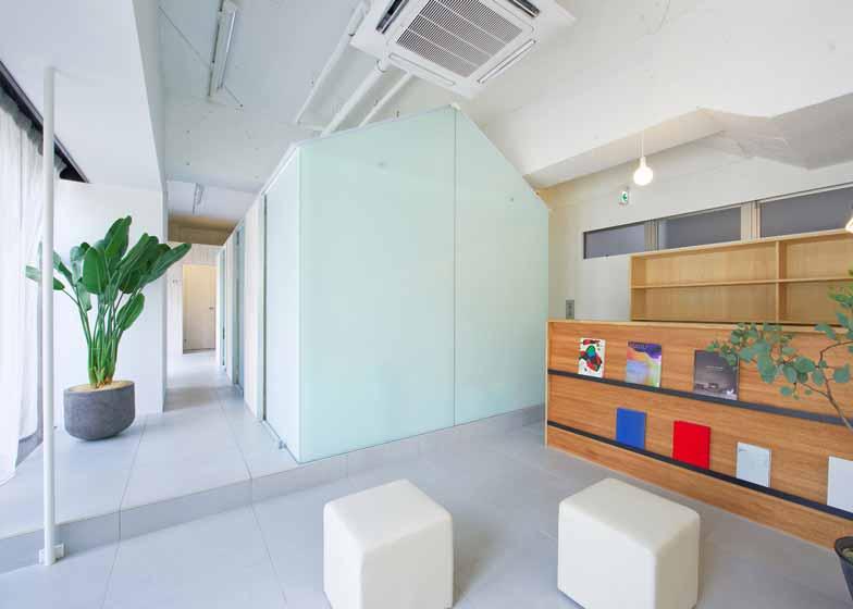 """日本Tato建筑事务所设计了位于神户Nakayamate的牙医诊所。半透明的房型围护结构中设立了不同的诊室。在改造之初,Tato建筑事务所清楚了室内所有的装饰,将其还原成混凝土墙面,再刷上白漆,最后安装中央半透明分隔结构,将空间分成若干个诊室。木质屏风形成中央区域的隔断。墙壁由镀膜玻璃构成,天花板采用半透明聚碳酸酯板材。设计师Yo Shimada表示,""""柔和的光线令病人更加舒适。我们希望创造洁净、安宁的环境,同时注重对于光线质量的控制。"""""""