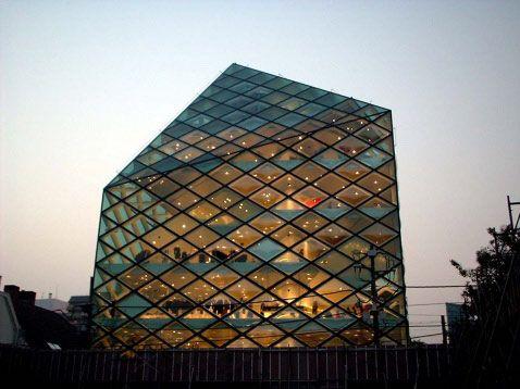 菱形的玻璃幕墙设计更融入在整座建筑物的设计之中
