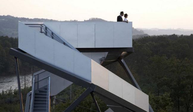 这是由loenart和mayr设计的,观景塔有个黑色的钢罩,还有一些电缆和杆