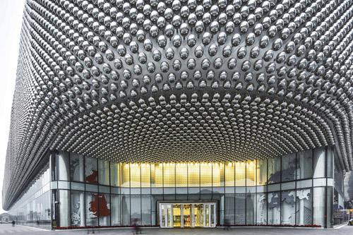 所有的设计部件:连贯的围护结构,动态外立面照明及其内容,建筑周围的图片