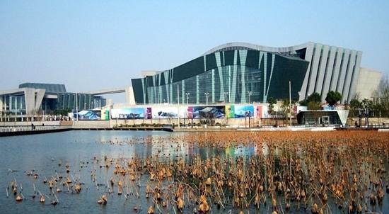 武汉琴台大剧院和琴台音乐厅是月湖主题公园的主要组成部分,是武汉市乃至华中地区、以及全国规模最大、功能最全、档次最高的特大型文化设施。 武汉琴台大剧院投资15.7亿元,单体建筑投资额在全省排名第一;容纳观众最多,达1800名;设备最先进,档次最高,不用音响,演员的声音也能清晰地传到每一位观众耳中;舞台最先进,能旋转、倾斜、翻滚、升降和平移,可演出国内外各类歌剧、音乐剧、大型歌舞、戏剧、话剧等;地下室最深,从最底层到地面,有19.