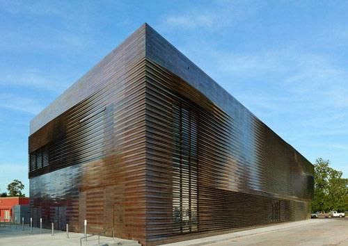 建筑外立面采用木板材,与当地特色的木材工业相呼应.