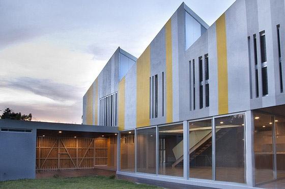 房子分为三个节,三角形屋顶朝向东方,有助于光到达房子较低的一部分.