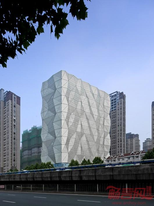 几何折叠的穿孔立面颠覆了传统的建筑外观,成为该大楼最具标志性