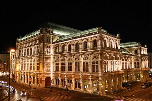 奥地利维也纳国家歌剧院是一座高大的方形罗马式建筑,是仿照意大利