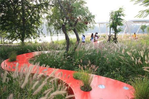 中国河北秦皇岛绿荫里的红飘带——秦皇岛汤河公园