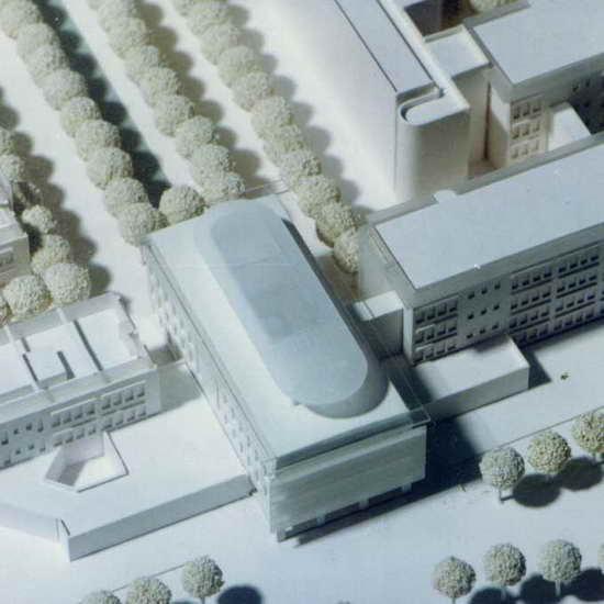北京西门子总部办公楼由维思平建筑事务所设计,项目包含了西门子总部主入口和西门子中国核心部门和总裁办公的重要功能,同时,它还有一个屋顶的空中沙龙和会议中心。 主入口设置在建筑南部,员工和来访者通过的一个旋转门进入接待大厅,并通过北侧的出口直接进入建筑组团中的其它部分,建筑首层主要功能为接待、等候和展厅,同时也包含一些会议和办公室。 所有的功能空间围绕着一个五层的明亮的中庭展开。精心设计的灯光效果和引入中庭的翠竹使得入口大堂和环绕大堂的办公空间优雅而富有生机。建筑的各个楼层通过中央开放式楼梯便捷地到达,同时在