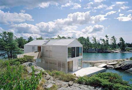 一间漂浮在休伦湖水面上的木质怪异大房子