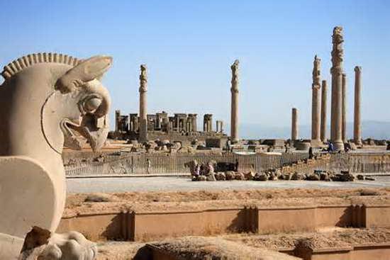 """波斯波利斯,波斯阿黑门尼德王朝的第二个都城。位于伊朗扎格罗斯山区的一盆地中。建于大流士王(公元前522-前486年在位)时期,其遗址发现于设拉子东北52公里的塔赫特贾姆希德附近。城址东面依山,其余三面有围墙。主要遗迹有大流士王的接见厅与百柱宫等。1979年联合国教科文组织将波斯波利斯作为文化遗产,列入《世界遗产名录》。 该城位于伊朗境内的设拉子东北51公里一座当地人称为""""善心山""""(Mountain of Mercy)之下,位于伊朗扎格罗斯山区的一盆地中。建于大流士王(公元前522-"""