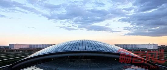 """项目名称:北京新首都机场酒店 设计公司:维思平(WSP)建筑设计 门,作为建筑和城市的基本元素之一,演绎着千万种含义,不管作为实体或虚拟的界限,一直都是通往外界的唯一通道。首都机场酒店位于这样一个特殊位置上,是旅客来到北京映入眼帘的第一座完整建筑,是人们了解北京,了解中国的开始。设计概念依据飞机场的交通载体的功能,赋予了其""""中国门""""的形象意义,开放而又封闭的立意来表现其作为通往世界各地之门户的地位。设计中提取了城市生活中普遍的街区院巷的元素,也是北京城市肌理构成的基本元素&mdas"""