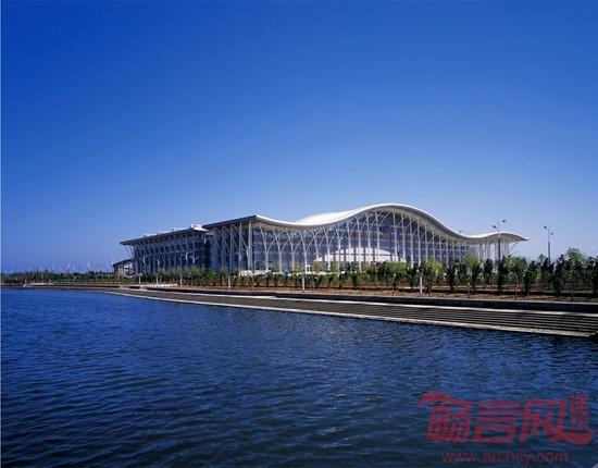 烟台世贸中心会展馆位于山东省烟台市莱山区体育