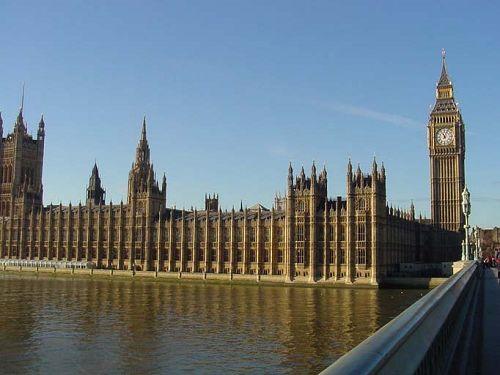 定会被一座绵长宏伟的建筑所吸引.这里就是英国国会威斯敏斯特宫,