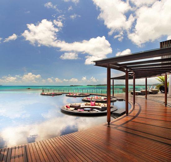 W酒店酒店位于苏梅岛最宁静质朴的北部海岸,无论何时,您都可来此尽情领略宏伟建筑风格与美丽迷人海滩的完美结合。日间休憩放松,晚间纵情狂欢,为您提供面积宽广的私人泳池、先进一流的技术设施和当地直观的特色装饰,让您尽享金色沙滩与天然水域所勾勒出的壮美画卷。  缤纷绚丽的植物、纯净的金黄色沙滩以及温暖的海岛微风,这里就是现代旅游天堂泰国湾,位于海滨的苏梅岛W度假酒店将动人的日出与日落美景尽收眼底。酒店拥有75间私人别墅,全部配备极为现代化的高品质生活设施,其中包括私人泳池、卧椅、室外淋浴、雅马哈音响系统、46英