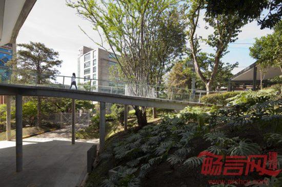 Medellin学校礼堂设计基于场地的分析、不同等级的活动类型,设计旨在对已有树木和体育设施产生较小的影响。礼堂内部,建筑节点由周边景观界定,包括树顶天棚覆盖了交通区域,礼堂室内始终同外部绿化植被紧密相连。项目超越了传统的礼堂设计,覆盖环境、文化等设施,为学校教育提供支持。 建筑设计:OPUS + MEJIA 建筑地点:哥伦比亚Antioquia 面积:2600平米 年代:2013