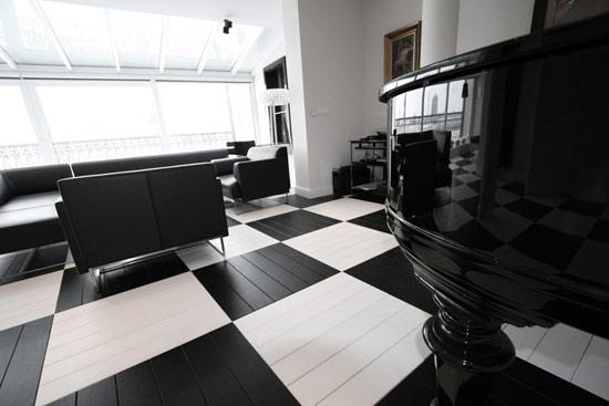可以说:木地板的这种设计很大程度上凸显了整个办公室的现代设计风格.
