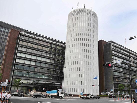 """60年代,继三爱大厦竣工之后,林昌二仅用了两年的功夫就向世界展示出了另一个作品----每日新闻大楼。大楼坐落在日本皇宫外围的马路对面,因此他更著名的名字是""""Palace Side""""(译为塞德宫)。  日本每日新闻大楼 和三爱大厦的圆筒结构相似的,依旧以圆形及线条的简洁造型来塑造的塞德宫让林昌二大获全胜:这个作品成了日本60年代大规模复合建筑的代表作,之后又被公认为日本近代建筑杰作之一。 占地约1万多平方米的整栋大楼几乎都是日本每日新闻集团的""""地盘""""。一位中国"""