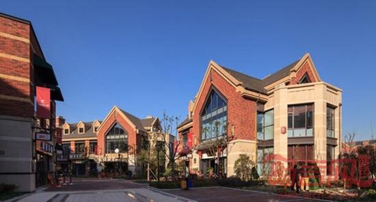 """项目类型:商业 项目地点:浙江 杭州 设计时间:2012 年 建筑规模:25.8 万平米(仅商业地块) 项目状况:部分建成运营 开发单位:宝龙集团 设计单位:上海霍普建筑设计事务所有限公司  杭州宝龙城市广场 设计背景 本项目位于杭州下沙大学城区域。完整项目包括由一""""Y""""型水系分割开的三块用地组成,其中 45# 地块为住宅用地,46#、47# 地块为商业用地。商业项目(含两地块)总建筑面积 25."""