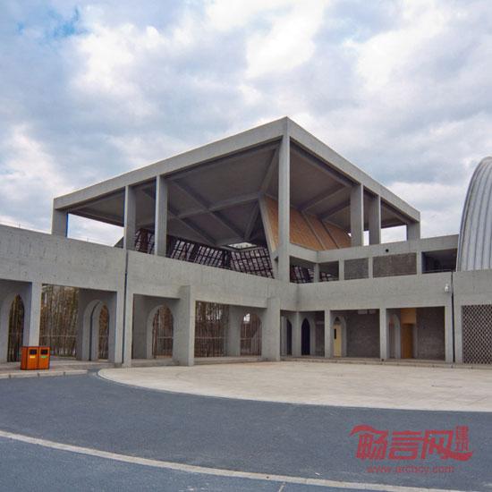 关飞,中国建筑设计院有限公司本土设计研究中心建筑师 德阳市1983年立市,是一个非常年轻、普通的中国城市,我认识德阳市是在2008年参与了当地奥林匹克后备人才学校的设计工作。我想象中的德阳是一个非常有魅力的城市,但是当我到了项目所在地的时候,周围的环境非常让我诧异,占地150亩的巨大场地几乎被农田和荒地围绕着,场地周围并没有丰富的城市文脉,城市正在快速发展,各个功能区将城市粗犷地切割开来,我们在场地上能看到远处的河流。所以,在我的第一印象里德阳是一个没有文脉的城市,正在非常快速地建设中,失去了城市本身的