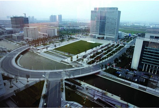 苏州工业园行政中心(图片来源:互联网) 随着新型城镇化进程的不断发展,原有城市规模不断地扩大,与此同时,各地新城建设正如火如荼的开展,而以城市行政中心搬迁新建来带动新城建设成为较为普遍的现象。因此,行政中心通常作为独立项目来进行规划设计,探讨当代城市行政中心规划设计亦成为研究的新课题。 行政中心的内容 行政中心指的是在城市范围内,市委、市政府、人大、政协及各职能机构相对集中的办公区,主要包括行政建筑(行政办公大楼及相关建筑)和与之相配套的市民广场等,其建筑群主要由机关办公大楼、会议中心、行政服务大厅、市