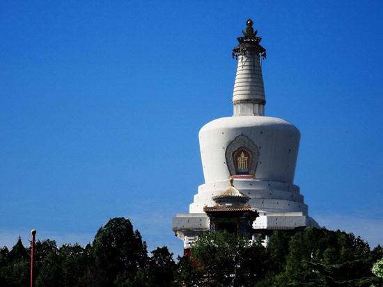 白塔位于北京北海公园琼华岛上
