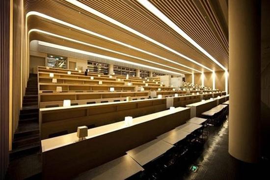 """汕头大学新图书馆参照了大学校园整体规划,按现有绿地规划轴线作纵向衍展,同时将绿化公园用地的绿色意念,融汇入大学校园的""""中央公园""""。并希望藉此新图书馆的建设,结合大学的规划环境,营造一所""""知识大门""""的意象。 图书馆不单是知识的宝库,亦是寻找知识、学习知识、创造知识的殿堂、作为大学学习的精神中枢,汕大新图书馆的设计概念取意自中国的线装书,外部观感造型体现了中国线装书书盒的雅致结构,内涵空间中则渗露出中国传统书院园林空间的精神理念。整体设计成品是中国古代知识盒子的"""