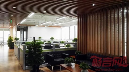 """由走廊所串联的入口门庭、集中办公区和休闲空间等都是较为完整的空间,它们符合""""空白诗学""""的基本出发点,与它们的展开序列相呼应的是顶部半通透的铝方通吊顶处理。本案的天棚设计执行的是一种模糊性策略,在白色为基调的办公空间中,木色的铝方通吊顶转变成为可渗透的界面,与顶部的设备管线交相呼应,让空间的上部边界具有了一定程度上的不确定性。  在该办公空间中,不管是带有压痕的木地板、洁白的汉白玉LOGO墙,还是双层洁净的玻璃隔断;不管是体型秀气的LED灯具、拉丝不锈钢的踢脚线,还是木色铝方通的吊顶"""