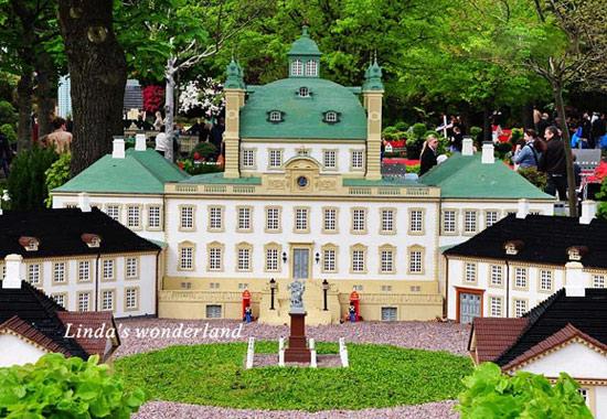 """举世闻名的乐高园(Lego)位于丹麦日德兰半岛东岸的小镇比隆,占地面积25公顷。自1968年创建以来,每年都有上百万游客前来参观游览。丹麦 小城北 隆市有个闻名遐迩的""""乐高公园"""",其占地面积25公顷,是一个用320万块积木建成的""""小人国"""",公园以其新颖独特的积木艺术吸引了世界各地的游客。 走进乐高园,就宛如走入一个 迷你世界,组成这个世界的分子就是那不足小手指大小的塑料拼插积木,一共用了4200万块积木才建成这座新颖独特的""""小人国"""""""