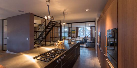 而厨房保留工业风必有的原素红砖墙,搭配深色收纳木柜与不锈钢料理