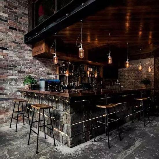 旧工业风格的酒吧装修设计,主要是用金属质感散发出耀眼真实的光芒