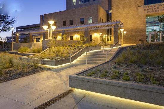 项目背景 皮特·多梅尼西美国法院于1988年由福雷托·摩尔·谢弗·麦凯布(Flatow Moore Shaffer McCabe)建筑设计有限公司设计建成,尽管该项目当时是按进度如期竣工,但还是引发了一定的争议。为了给该项目的建设提供更为充足的空间,联邦政府当时拆除了原先的一个市政公园。施工后不久,相关人员便发现广场植栽区内的灌溉用水和喷泉水源渗漏到地下停车场的情况。  单纯就项目场地的景观现状而言,法院建筑设置在任何位置都是可以的。此外,由于阿尔
