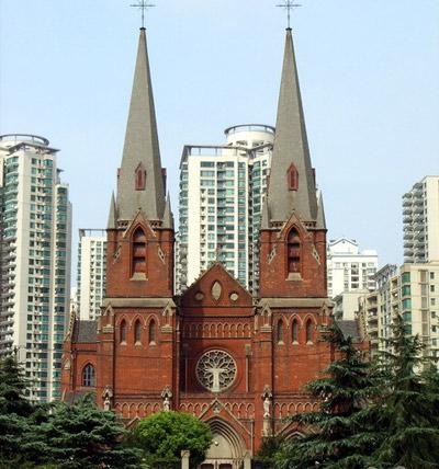 教堂平面呈拉丁十字形,巴西利卡式大厅.   顶脊是尖拱状,离地25米图片