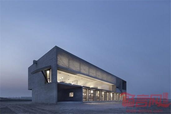 """项目名称:南戴河三联海边图书馆 项目地点:河北省 秦皇岛 建筑师:董功/直向建筑(Vector Architects) 建筑面积:450 设计时间:02/2014-07/2014 建设时间:07/2014-04/2015 建筑摄影:夏至;苏圣亮  有人称它为""""中国最孤独图书馆"""",究竟孤从何来?让我们一探究竟。 在那个时候,我们想未来图书馆应该也是静静地存在在这片海滩上,像一块存在已久慢慢风化的石头,外形单纯而坚硬,里面却蕴含着丰富的体验。当人走进去,能够感知到仅仅属于这片海的光线、"""