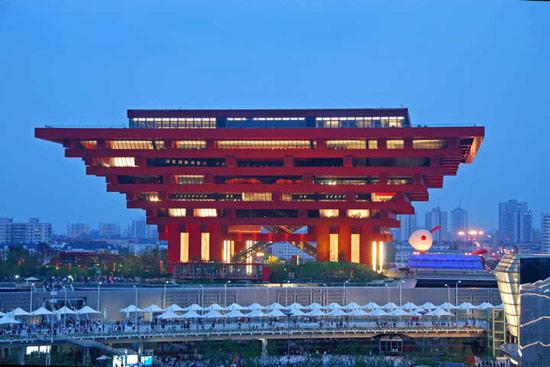 """传统建筑中斗拱""""榫卯穿插,层层出挑""""的构造方式成为中国馆建筑形态的"""
