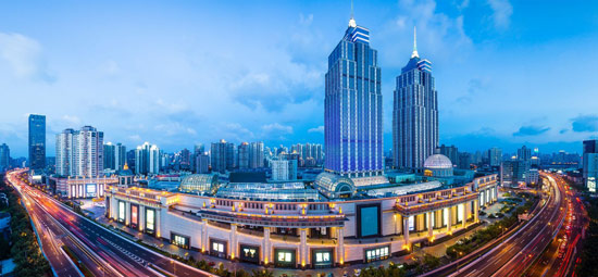 中国首个欧式风格的购物中心—上海环球港于2013年正式开业。该项目位于上海中心城区重要交通枢纽处,是一个总建筑面积达480,000平方米的商业综合体,包括一个面积达270,000平方米的购物中心,以及位于四层裙房上的两座高达245米的办公&酒店&公寓塔楼。建筑外立面风格采用了新古典主义的手法。