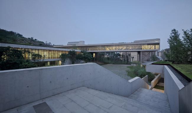 架空建筑_这一项目通过这一系列在顶板和墙体上的洞口,窗口,架空,回廊弱化建筑