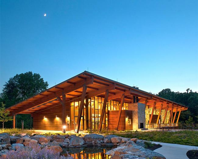 木结构建筑在中国建筑中占有很重要的地位,木结构是中国古代建筑的精华,没有木结构就没有中国古代建筑的辉煌。我们现在看到的多年前的宫殿、庙宇、楼亭,还有我们现在看到的塔等等,都是采用木材制作梁、架、柱等构件,并用榫卯结合建成的。其灵活的风格、合理的布局、适宜的建筑体量以及精巧的装修在世界享有盛誉,成为5个最古老的建筑体系之一。很多国家都从中国借鉴木结构的工艺,可以说中国的木结构建筑曾经引领风骚长达数百年之久。 而近代中国,由于国门被动打开,接受了西方工业文明,灌入了以钢筋混凝土为主的新的建筑结构体系,使中国发