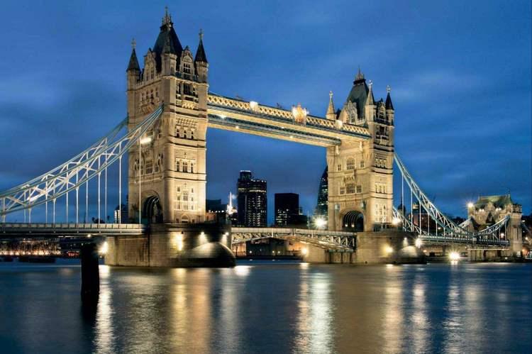 伦敦塔桥(Tower Bridge),是一座上开悬索桥,位于英国伦敦,横跨泰晤士河,因在伦敦塔(Tower of London)附近而得名,是从泰晤士河口算起的第一座桥(泰晤士河上共建桥15座),也是伦敦的象征。该桥始建于1886年,1894年6月30日对公众开放,将伦敦南北区连接成整体。 伦敦塔桥是一座吊桥,最初为一木桥,后改为石桥,如今是座拥有6条车道的水泥结构桥。伦敦塔桥下面的桥可以打开,河中的两座桥基高7.