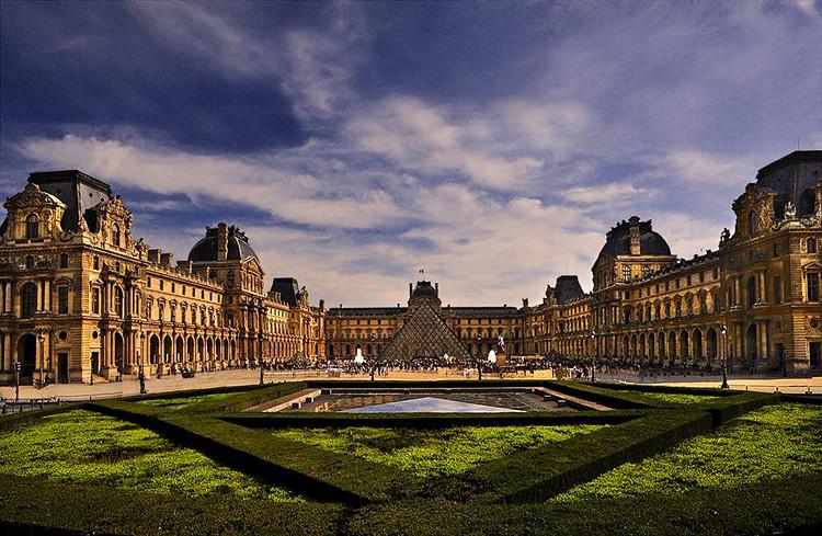 """卢浮宫博物馆(法语:Musée du Louvre)位于法国巴黎市中心的塞纳河北岸,位居世界四大博物馆之首。卢浮宫收藏了人类艺术古代部分的精华,有著""""人类文明发展的总索引""""之誉。它始建于1204年,原是法国的王宫,居住过50位法国国王和王后,是法国文艺复兴时期最珍贵的建筑物之一,以收藏丰富的古典绘画和雕刻而闻名于世。"""