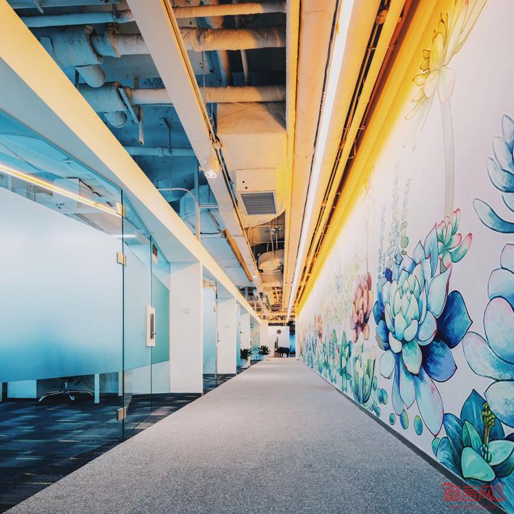 路演区及咖啡休息区用自然的绿色地毯和绿植墙,温暖的原木色和橘黄色p