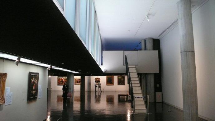 柯布利用休息处空间和雕塑展厅设计了大条形长窗,让室内外的景象交相