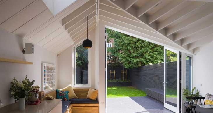 项目特色采用锥形布局,向斜面的玻璃门延伸,该形态和不规则的山形墙外