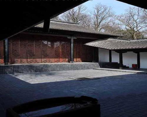 轻则,墙面除木结构框架保留外都抹成了白色.