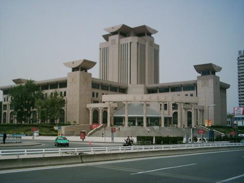 陕西省图书馆全景(图片来源:百度)-在城市中静静体会建筑的失语