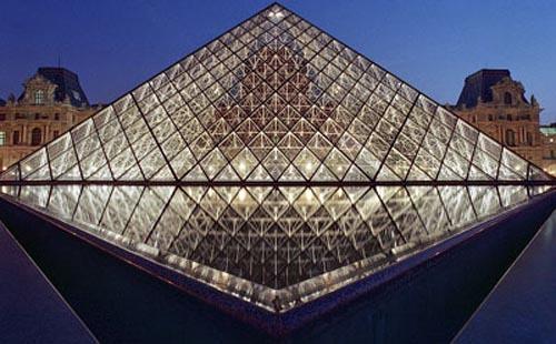 却难以近距离欣赏这一世界名画时,或者当参观者围着玻璃金字塔排起长