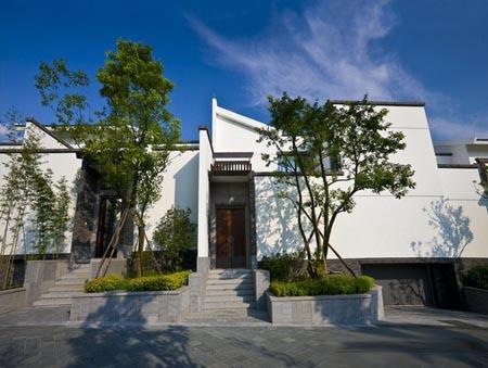 自然的绿色,白色,高大的封火山墙和 色泽深浅不一的青砖砌筑的院墙图片