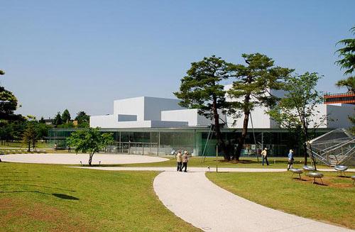 由于展示空间都是由大小正方形构成,所以参观者在美术馆中移动时,并感