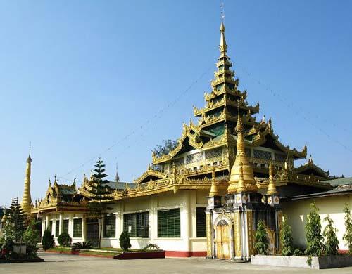 缅甸佛塔多为金色,也有白色和砖石自然色