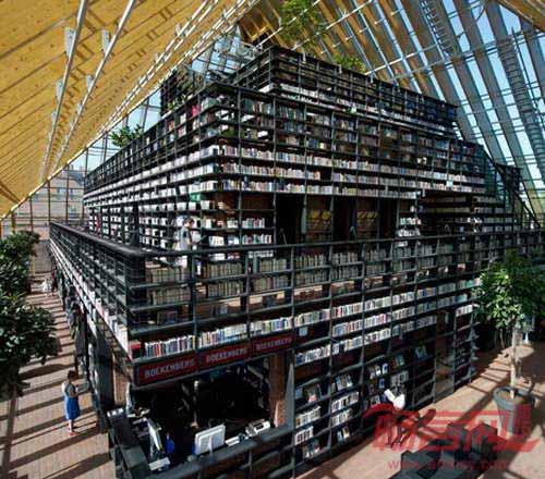 过道和平台,过道长度达480米,五层高的书架通往金字塔顶下方的咖啡厅.
